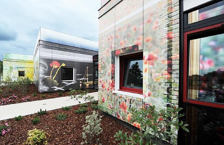 Centre Multi-Accueil d'Etampes, au fil des saisons. Les saisons rythment les façades de l'édifice, ces façades sont entièrement réalisées en images et dessins imprimés en quadrichromie. © Didier Raux