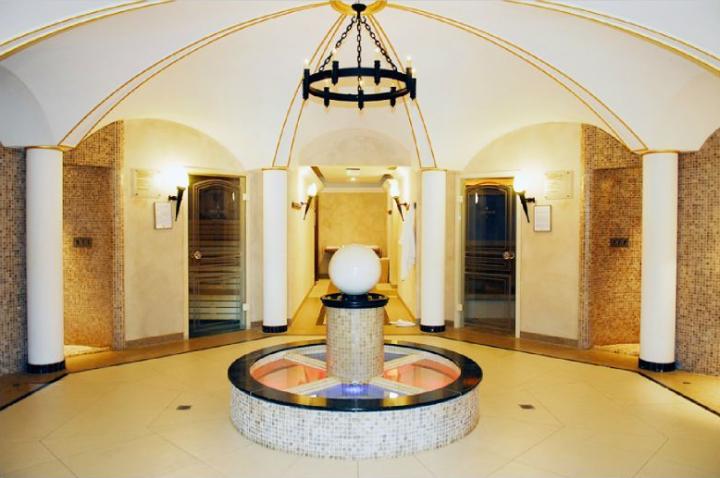 """Plafonds à voûtes croisées en plâtre reposant sur des colonnes en staff. Hostellerie """"Les Violettes"""" © Didier Raux"""