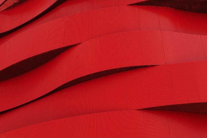 Tout rouge et carton rouge ! Le nouveau théâtre de Bressuire jugé trop rouge. © Photos D.Raux