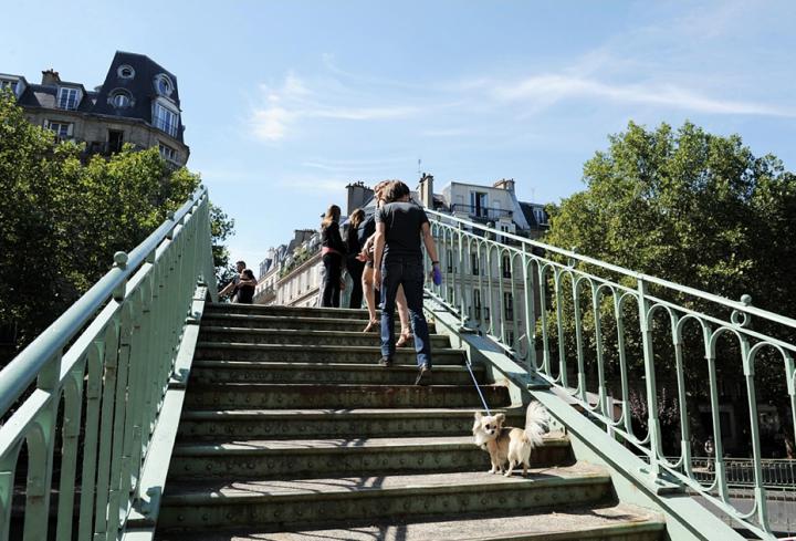 """Son """" atmosphère """" particulière, ses mystérieuses voûtes souterraines, la poésie dégagée par cette voie  d'eau bordée de marronniers et de platanes plus que centenaires, ponctuée de passerelles romantiques, font  du canal Saint-Martin un point fort du tourisme à Paris. © Photo Didier Raux"""