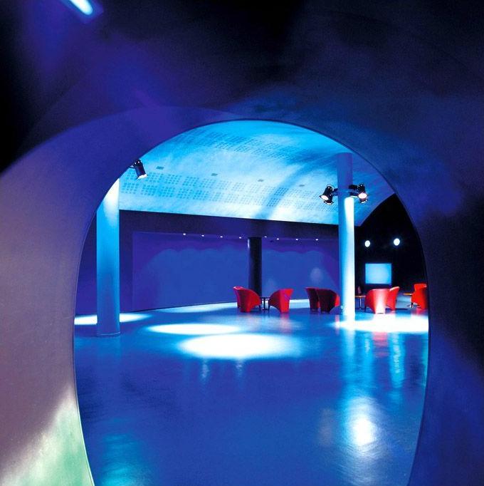 Les points forts : réalisation d'un complexe de salles de cinéma près du périphérique et d'un complexe de loisirs. Plafonds du hall d'accueil, plafonds des couloirs cintrés, l'acoustique, intégration des lumières des différentes salles. Photo Didier Raux.