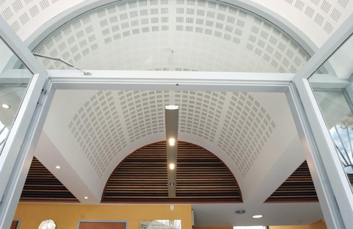 Les voûtes du plafond du hall d'accueil de la mairie de Tence dans la Loire. © Photo D.Raux