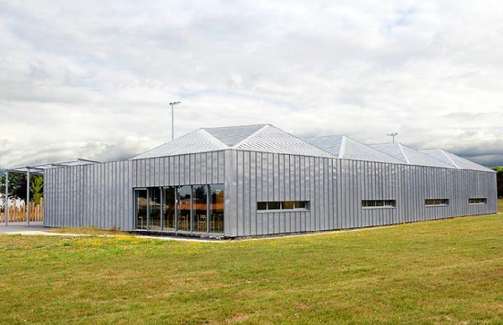 Ce bâtiment de 878 m² construit en ossature bois peut accueillir 350 convives. © Photo Didier Raux