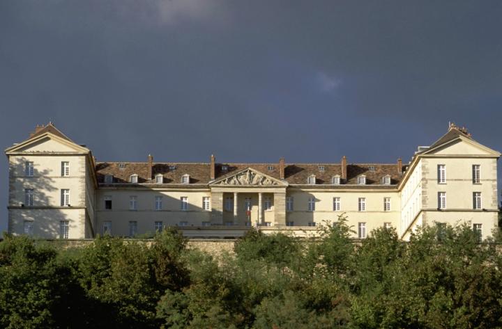 Le Mont-Valérien abrite depuis 1841 une forteresse militaire qui accueille le 8e régiment de transmissions, le cimetière américain, créé en 1917.Le Mont-Valérien est l'un des lieux de la mémoire nationale, propriétés de l'Etat.© Photos Didier Raux