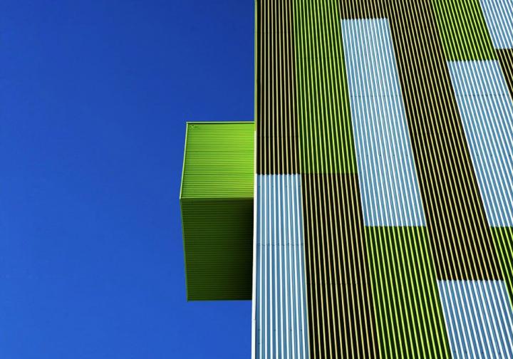 Boites en porte à faux greffées sur la façade et disposées de façon aléatoire. © Photo Didier Raux