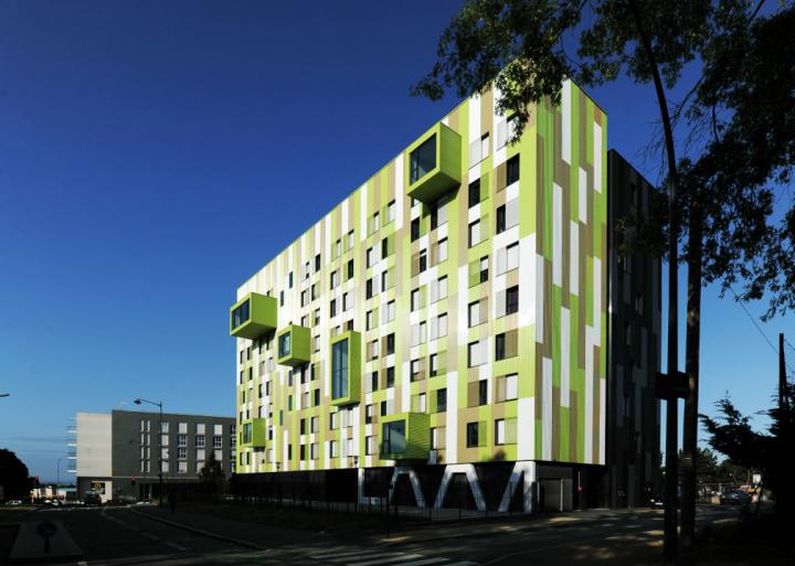 Le bâtiment se définie par deux lamelles formées par la couleur du bardage, l'une verte en vis-à-vis avec l'espace végétal, l'autre noir en relation avec les flux urbain. © Photo Didier Raux