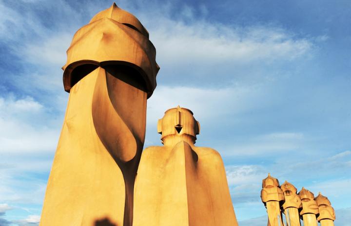 Des guerriers au masque impassible montent la garde, des géants enturbannés dominent l'édifice. Les sculptures asymétriques, trouées, tarabiscotées, sous lesquelles se dissimulent les cheminées, les bouches d'aération et les sorties des cages d'escaliers peuplent le toit. © Photos Didier Raux
