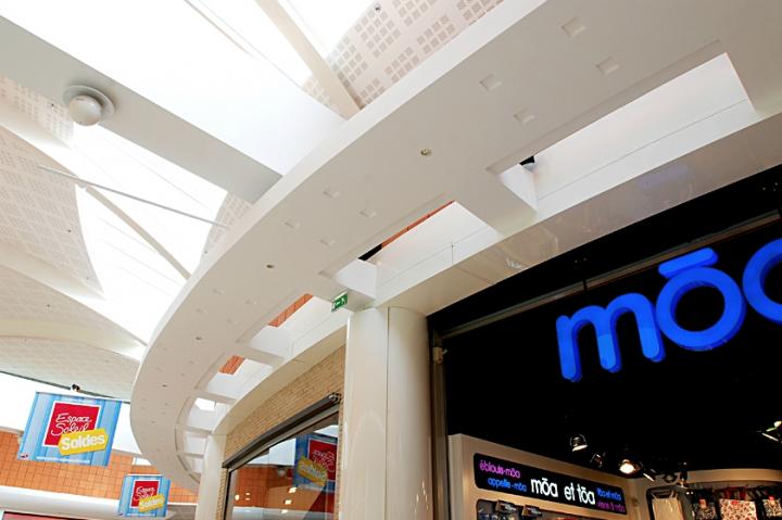 Galeries marchandes Nord et Sud de l'hypermarché Auchan Le Pontet  près d'Avignon © Didier Raux
