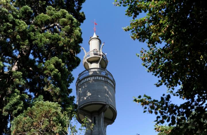 La tour de 40m de hauteur contient un réservoir d'eau destiné à l'arrosage par simple gravitation, des serres et des jardins suspendus de la villa. © Photos Didier Raux