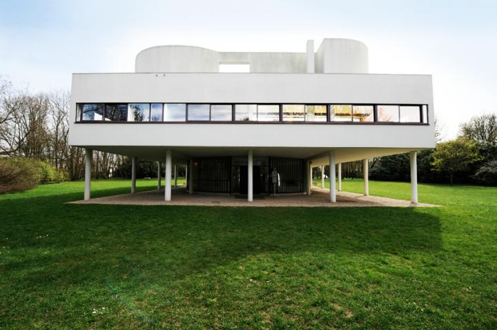 En utilisant les pilotis, Le Corbusier fait de sa construction une boîte en l'air. Grâce au béton, la maison est libérée de murs porteurs et séparatifs. Les façades sont percées de larges fenêtres en longueur qui apportent lumière et transparence. © Photos Didier Raux