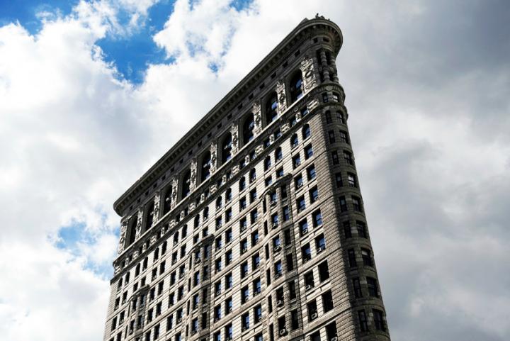 Sa forme caractéristique est due au croisement à cet endroit de la 5e avenue avec Broadway avenue qui est la seule avenue de New York ne respectant pas le plan d'alignementavec croisements à angles droits des autres artères. En conséquence, il a fallu construire un immeuble en pointe à l'intersection. Achevé en 1902, il fait partie des premiers gratte-ciels construits à New York. C'est aussi l'un des premiers à comporter une armature en acier.© Photo Didier Raux