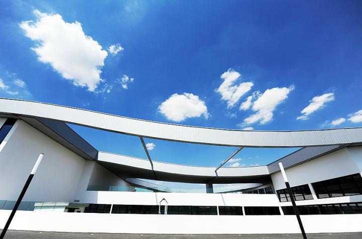 Ce projet d'environ 7 500 m² a été réalisé par Jean Dubus, architecte. Trois espaces : une école, une médiathèque, un hall d'expositions et une salle de spectacles de 400 places. Ce lieu pluridisciplinaire est consacré à la diffusion, la création et la médiation dans les domaines du spectacle vivant, du livre et de l'art visuel. © Photos Didier Raux