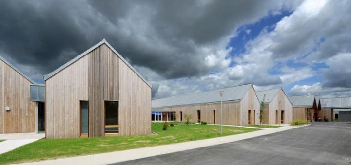 Le bâtiment est conçu comme un village avec des sites différenciés mais reliés entre eux. Le bois présent en façade, tantôt massif, tantôt ajouré, répond à l'environnement paysager qui s'ouvre au nord. © Photos Didier Raux