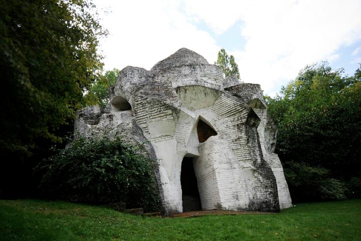 """André Bloc réalise deux « sculptures habitacles » dans le parc de sa maison,  sculptures monumentales destinées à pouvoir être habitées. Les sculptures  concrétisent  ses idées « sur la synthèse entre l'architecture et la sculpture dans une """"forme libre"""" » Photos Didier Raux"""