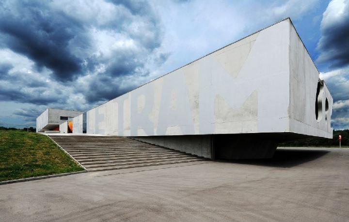 La beauté brut du béton à la douceur acidulée des couleurs intérieures, le TRAM en impose. 100 mètres de long sur 40 mètres de large et un impressionnant porte-à-faux de 16 mètres. ©πhotos Didie Raux