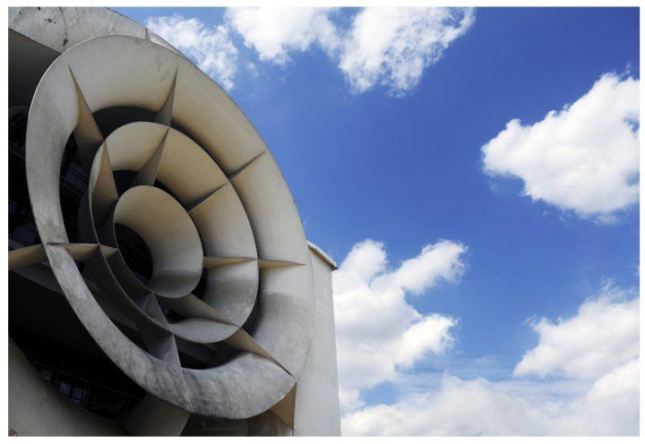 Construction en 1937, par la société Haour Frères, en béton armé enduit.   Diamètre de la soufflante axiale 8 m pour 12 pales. Collecteur 13 m de diamètre. Filtre anti-vortex à anneaux profilés. © Photo Didier Raux