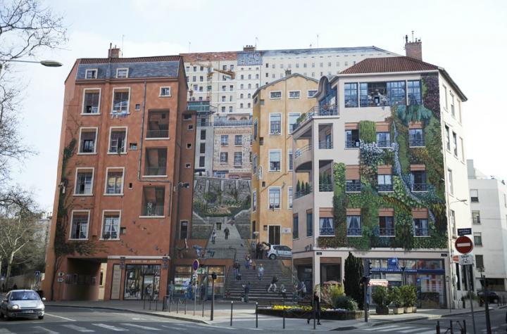 Une représentation géante et très vivante de la Croix-Rousse et ce que ce quartier de Lyon est en réalité. La Croix-Rousse est un lieu un peu « à part » de Lyon, sur l'une de ses deux collines, l'autre est Fourvière). © Photo Didier Raux