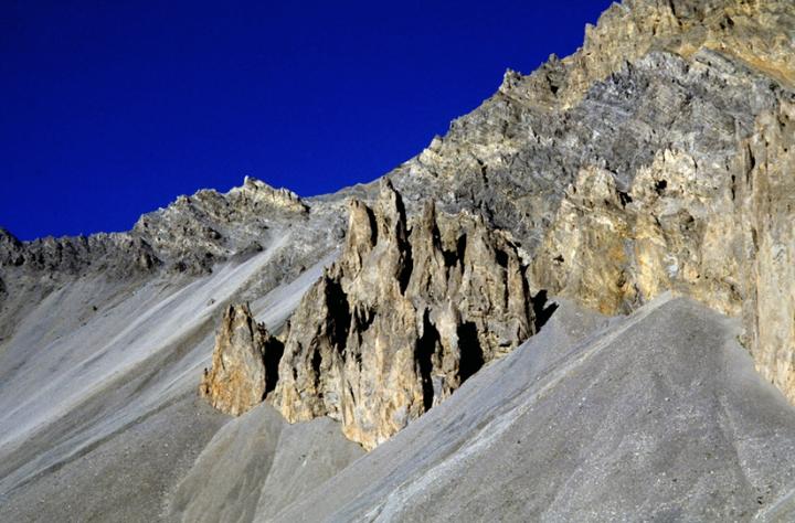 C'est alors que ce présente la Casse Déserte, avec ses cheminées pierreuses à 2 220 m d'altitude. À partir de ce lieu, les cyclistes sont souvent exposés au vent, à cause de l'absence de végétation. © Photo Didier Raux