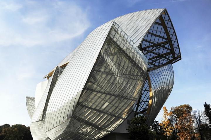 À la fois complexe et extrêmement fluide, le bâtiment de Frank Gehry, construit sur une parcelle étroite en lisière du jardin d'acclimatation, est de fait le premier chef-d'oeuvre de la fondation. © Photo Didier Raux