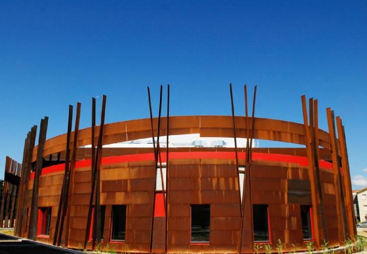 le Pôle culturel du Marsan, ce nouvel équipement à l'architecture ovale étonnante, dédié au spectacle vivant, situé au coeur de Saint-Pierre du Mont.© Photo Didier Raux