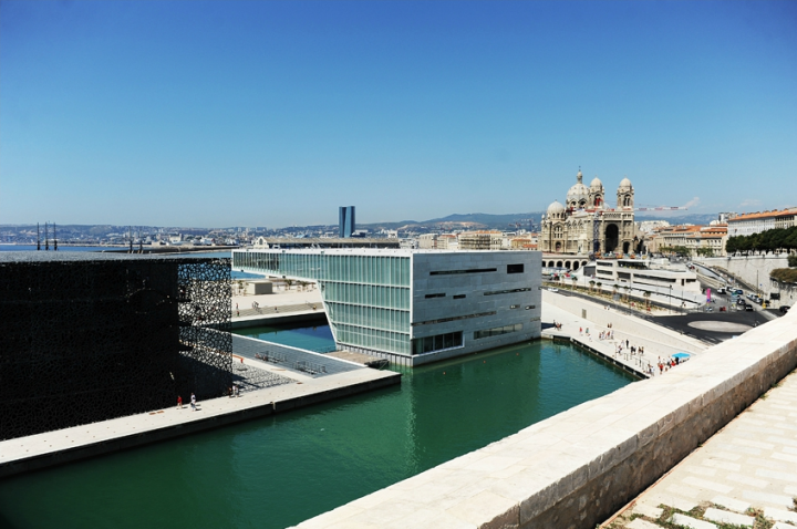 Une toute nouvelle promenade, grâce à l'installation de deux nouvelles passerelles qui relient, le fort Saint-Jean rénové au tout nouveau musée le MuCem et à la Villa Méditérranée.