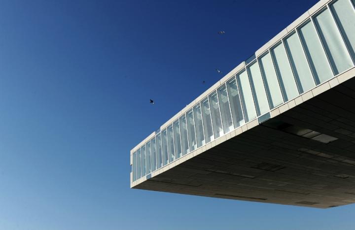 Stefano Boeri a conçu un édifice hors normes qui développe ses espaces sur et sous la mer et se distingue par une spectaculaire avancée en porte-à-faux de 40 mètres, au-dessus d'un bassin artificiel de 2 000 m2. © Photo Didier Raux