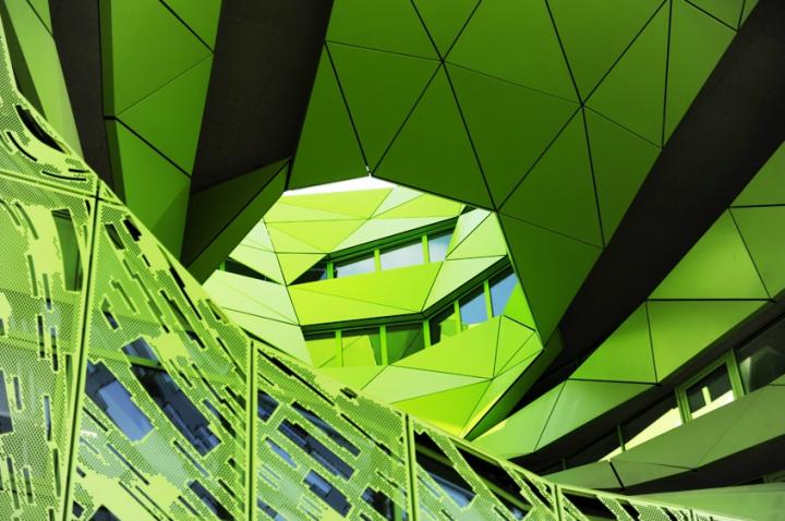 Les deux «yeux» de l'immeuble font office d'atrium lumineux. © Photo Didier Raux
