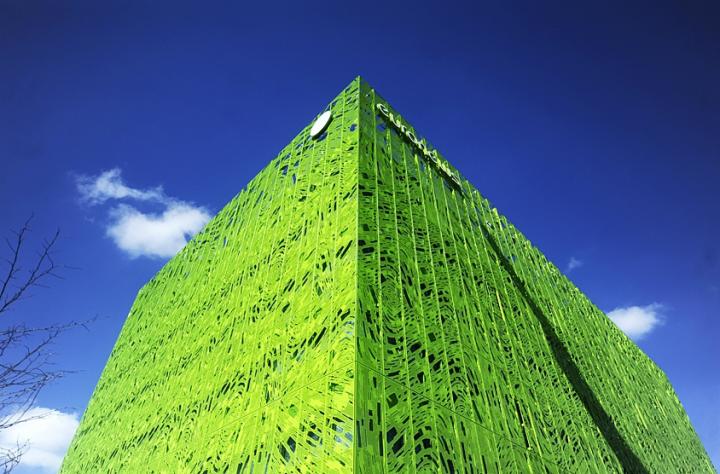 Ce gros cube vert en bord de Saône à Lyon accueille le siège mondial de la chaîne de télé Euronews. Un bâtiment réalisé par Jakob + MacFarlane dans les mêmes tons que la Cité de la mode à Paris. © Photo Didier Raux