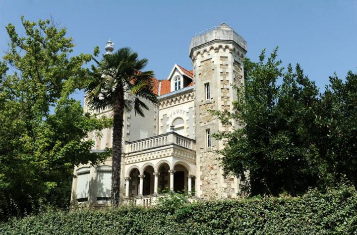 La villa Faust a été construite vers 1859 par l'architecte Alaux . En 1864, c'est l'un des premiers chalets locatifs  de la Compagnie des Chemins de Fer du Midi. © Photo Didier Raux
