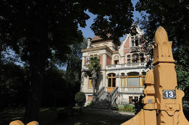 La villa GIROFLE , elle fut construite en 1883 par l'architecte Pugibet, dans le style gothique. Elle est ornée d'une gargouille et d'un écu blasonné. En 1898, cette villa possédait déjà une salle de bain au premier étage. © Photo Didier Raux