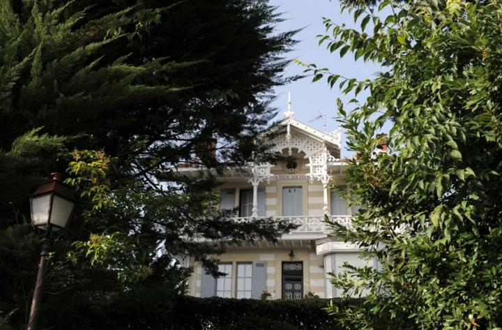la Villa TROCADERO construite en 1863. En 1900, elle fut habillée de bois ouvragé, avec un balcon aux angles arrondis. © Photo Didier Raux