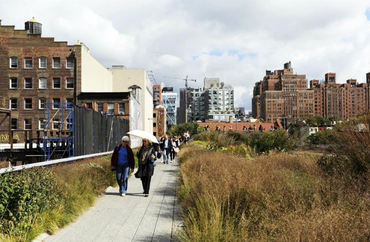 C'est l'une des promenades favorites des New-Yorkais et des touristes. Longue de 2,3 km de long, la High Line offre des vues spectaculaires sur Manhattan.Une extension au nord est prévue, la promenade va du sud de Chelsea (20ème rue) au nord de West Village (Gansevoort Street). © Photo Didier Raux