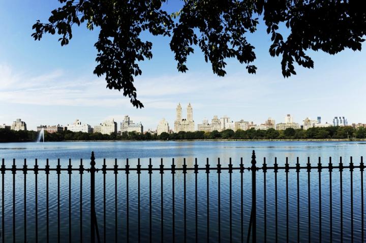 Le réservoir, avec en arrière plan les gratte-ciels de la Upper West Side. Central Park d'une superficie de 341 hectares, environ 4 km sur 900 mètres. Une route de 9,7 km de long entoure le parc. Elle peut être empruntée par les piétons, les coureurs de fond,les cyclistes ou encore les adeptes du roller, surtout le week-end et en semaine après dix-neuf heures, lorsque la circulation automobile y est totalement interdite. © Photo Didier Raux