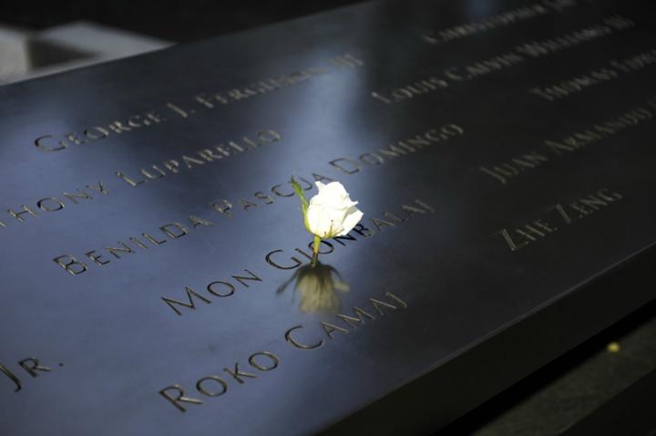 Un hommage aux hommes, femmes et enfants tués dans les attaques terroristes de 2001 et 1993. Autour des deux bassins sont gravés les noms des 2 977 victimes.  © Photo Didier Raux