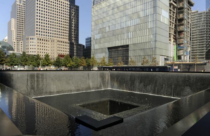 L'architecte Michael Arad et le paysagiste Peter Walker ont été choisi pour créer le 9/11 Memorial lors d'un concours international.