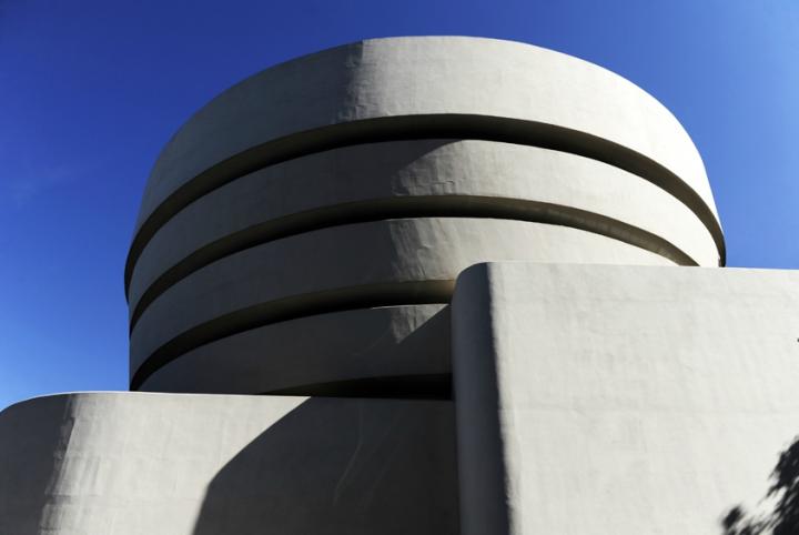 L'édifice ressemble plutôt à une tasse de thé ou un ruban blanc qui s'enroule du bas vers le haut, la base étant plus étroite que le sommet. © Photo Didier Raux