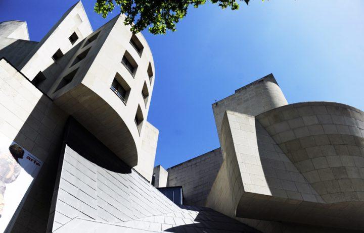 Le bâtiment est très caractéristique du style de l'artiste américano-canadien : éclatement et dislocation de l'espace, imbrication des volumes et assemblage des matériaux. © Photos Didier Raux