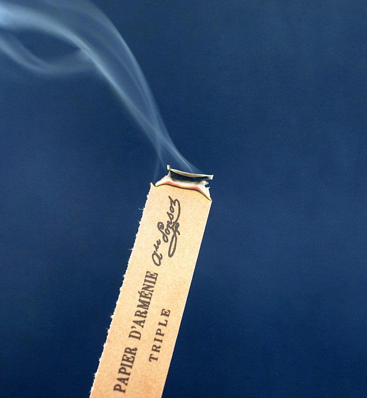 Le papier buvard est imprégné de la solution de benjoin, d'alcool et d'extraits de plante macérés. Découpe et façonnage des feuilles de papier d'Arménie. © Photo Didier Raux