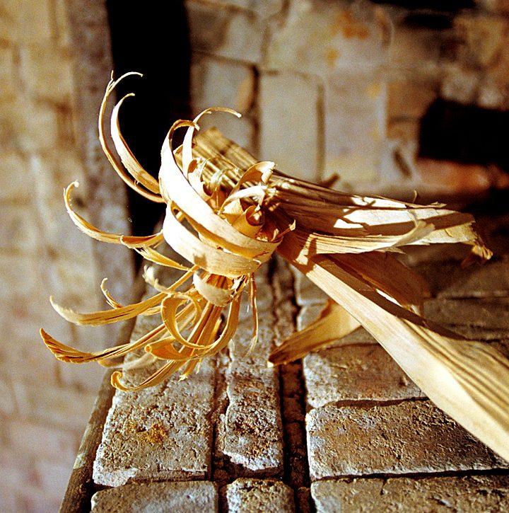 Le bois de bouleau est le seul capable de porter le four aux températures recherchées : le petit feu vers 800 °C,  le grand feu vers 1 300 °C. © Photo Didier Raux