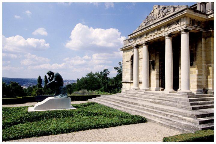 """Aujourd'hui, """" Le Penseur"""" sert de cadre à la sépulture du sculpteur et de Rose, inhumés sous la statue. © Photo Didier Raux"""