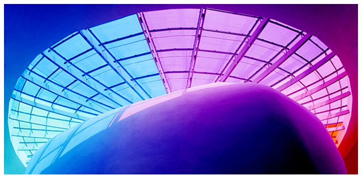 Au coeur du projet, la verrière colorée joue les kaléidoscopes. Grâce à elle, les rayons du soleil baignent la rue intérieure, qui entoure la salle de spectacles et dessert les différentes entités du Pôle Culturel. © Photos Didier Raux