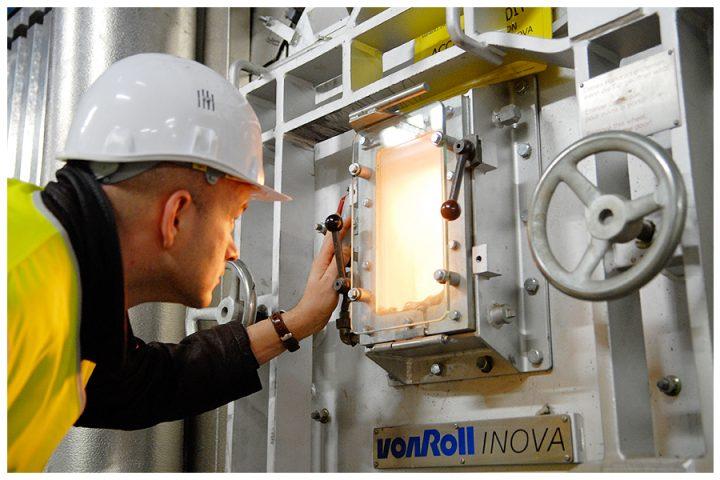 Un coup d'oeil sur les déchets en fusion de l'un des fours du centre de valorisation énergétique. Un foyer de 100 m2 où la chaleur dépasse les 1000 °C. © Photo Didier Raux