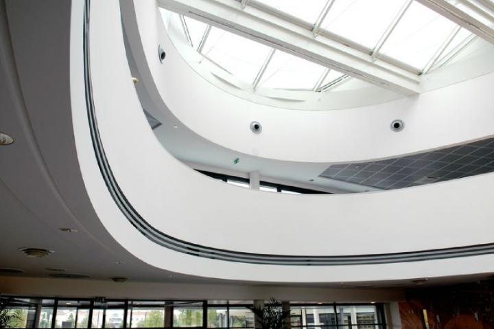 Élégance des cintres et habillage staff et plaques de plâtre de jouée, sur deux niveaux d'étages. Incorporation d'ouïes de ventilation et de luminaires. © Photos Didier Raux