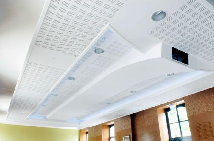 Intégration du vidéoprojecteur dans le plafond en plaques de plâtre. Photo Didier Raux