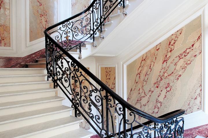 Un siècle sépare la re-construction de la partie de l'escalier du rez-de-chaussée et premier étage, de celle pré-éxistante à partir du second étage. © Photo Didier Raux
