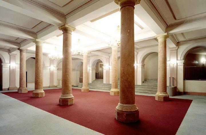 L'alignement soigné des moulures et des corniches dans le grand vestibule.