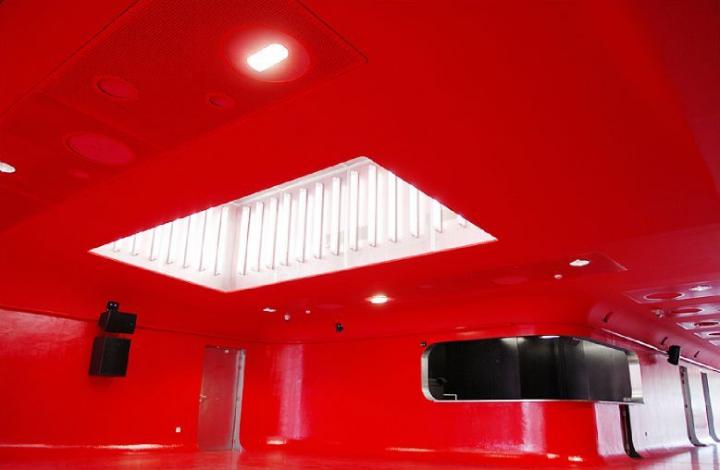 Plafond incliné rutilant et éclairage généreux favorisé par la présence de baies vitrées et d'un puits de lumière : le hall d'accueil du Centre régional des musiques actuelles de Nancy assure déjà le spectacle à lui seul… Photo Didier Raux