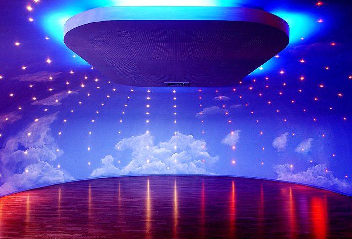 Intérieur de la salle de relaxation.Illuminé par 300 étoiles de fibre optique, son plafond rappelle le ciel nocturne et invite à la détente. © Photo Didier Raux