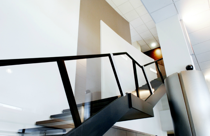 Le point fort de cette  réalisation a été la création, en son centre, d'un superbe escalier en arc de cercle ne reposant que sur un seul côté. © Photo Didier Raux