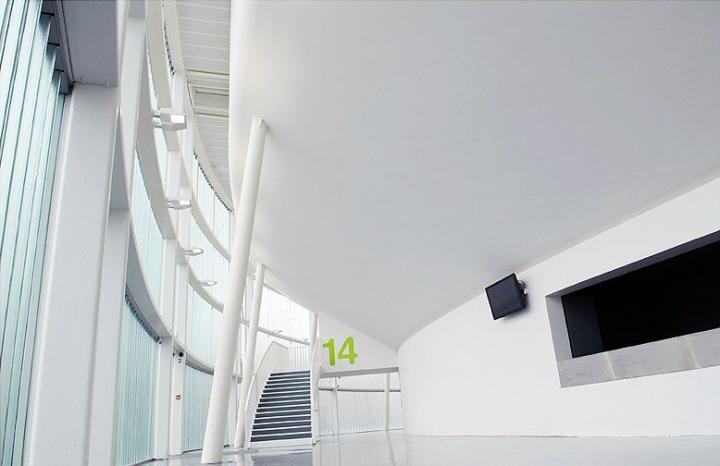 Les deux plafonds sous gradins en forme de coque présentent un raccord parfait avec la partie verticale de la structure.  © Photo Didier Raux